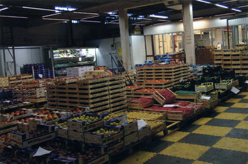 Interno del cash & carry a Gazzada, reparto frutta. 2009, Archivio d'impresa.